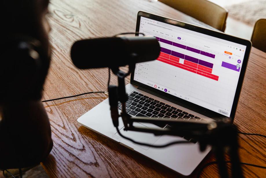 Designs.ai - Aumenta tu audiencia de podcasts con estos 5 sencillos pasos, planificación y grabación de podcasts